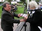Za pomoc wzorganizowaniu jubileuszu 55-lecia wysiedlenia nagrodę dostaje dyr. SP im. Ludwika Kobieli - mgr Marek Kicka