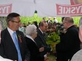 Wręczanie wiązanki kwiatów ks. kan. Ludwikowi Lasocie za 15-lecie współpracy